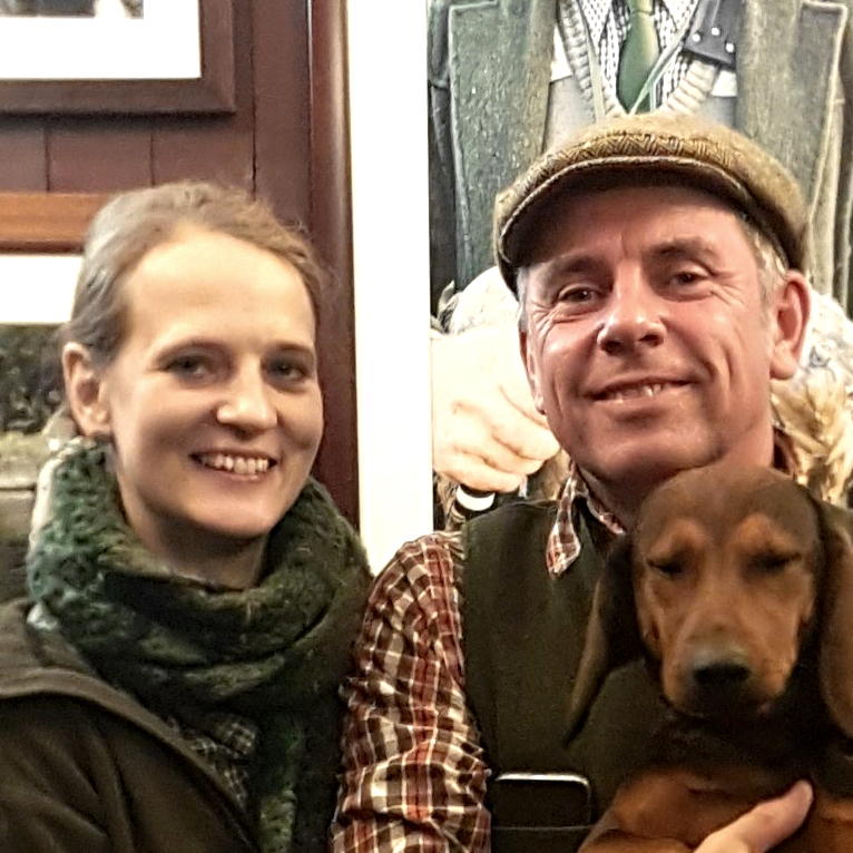 Bettina Komm und Stefan Jäckel mit Jagdhund Carla